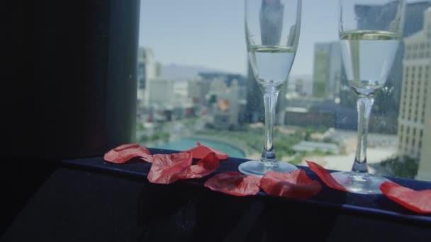 Champagnerflasche und Gläser vor Las Vegas Blick