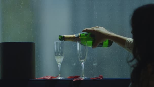 Zeitlupe der Braut, die Champagner in zwei Gläser gießt