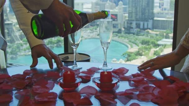 Hände des Bräutigams neben Braut gießen Champagner auf Gläser