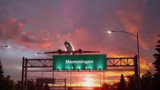 Flugzeug hebt bei herrlichem Sonnenaufgang in Memmingen ab