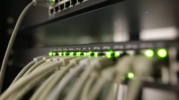 Netzwerk-Serverraum mit Servern, Hochleistungsrechnern, die Prozesse ausführen, es Konzept