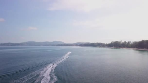 Let dronem v Thajsku u pláže, kde se plaví vodní skútry