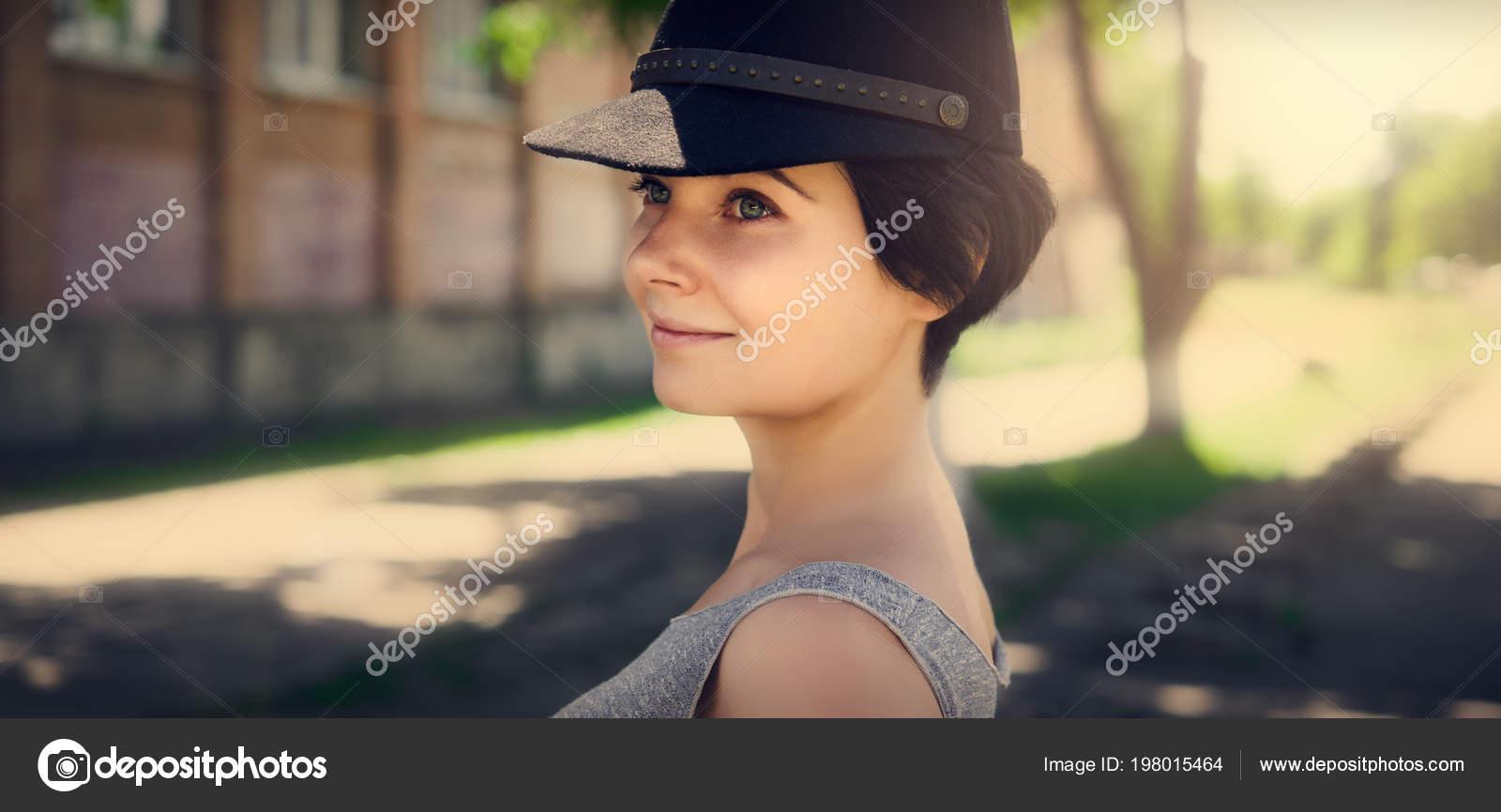 cf0f753bf3279 Hermosa Chica Una Gorra Negra Retrato Una Niña — Foto de stock ...