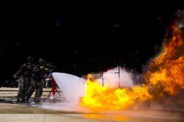 Kısıtlama tank sanayi endüstriyel açık yerde toplamak felaket kaza felaket gaz benzin yakıt özü benzin patlama ateş. İtfaiye söndürme. Kavram güvenlik güvenliği risk iş