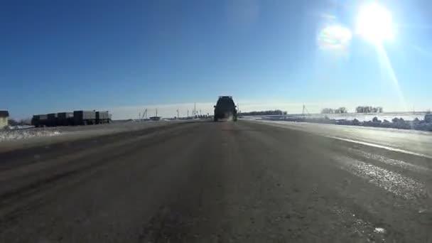 Silnice a auta na předměstí si vzájemně předberou video