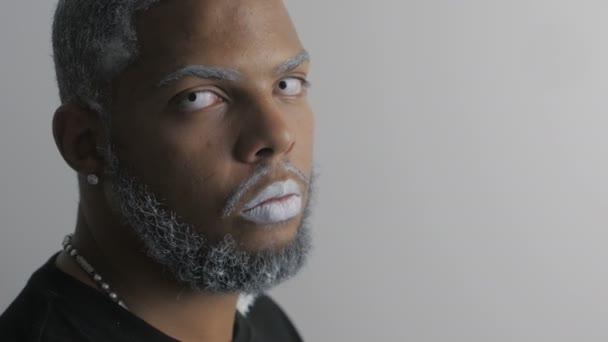 Close Up portrét hrozné Afro-American muže s bílým okem a rty