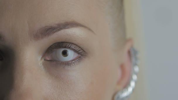 Makro detail Zenske oko s blikající bílé oční čočky