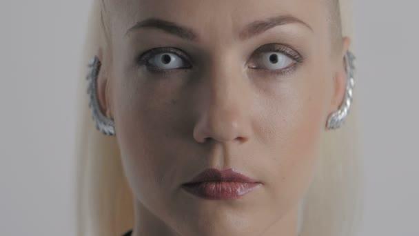 Makro detail Zenske oči s bílou oční čočky bliká