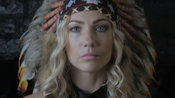 Porträt des Indianer-Mädchen mit Federn auf dem Kopf