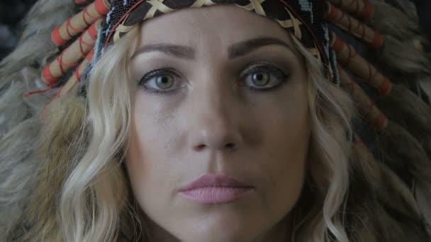 Nahaufnahme Porträt einer Indianerin mit Federn auf dem Kopf