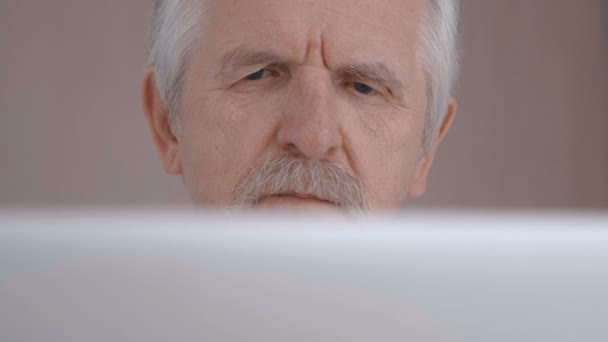 Nahaufnahme von Grauhaarigen älteren Mann mit Schnurrbart, die Arbeiten am Laptop im Büro und Kaffee trinken