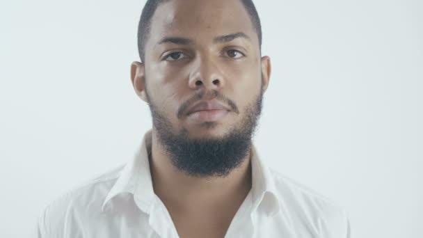 portrét africké americké podnikatele v bílé košili na bílém pozadí