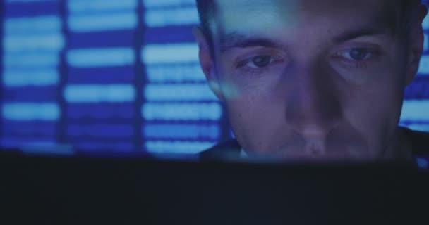 Zblízka portrétní Hacker programátor pracuje na počítači, psaní kódu v centru cyber security center