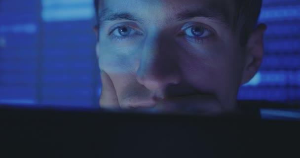 Detail tváře Hacker programátor pracuje na počítači, psaní kódu v centru cyber security center
