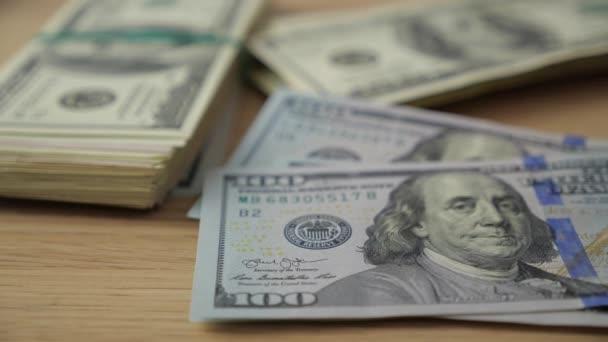Closeup člověk počítá peníze. Dolarů v ruce, peníze v ruce, se počítá peníze
