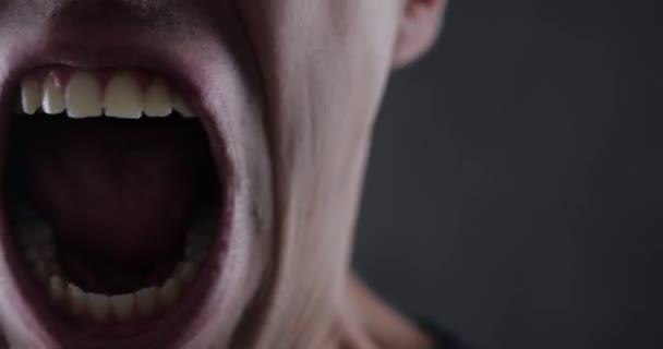 Közelről száj dühös ember sikoltozik. Veszély erőszak. 4k 10 bites