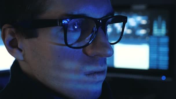 Portrét z něj profesionální programátor pracuje v centru zabezpečení cyber plné obrazovky v počítači.