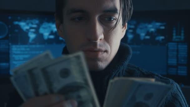 Porträt eines Hacker-Programmierers: Kriminell verdientes Geld im Darknet in Cyber-Sicherheitszentrum mit Displays.