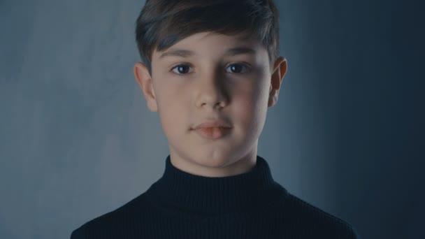 portrét chlapce věku 10 let, při pohledu na fotoaparát