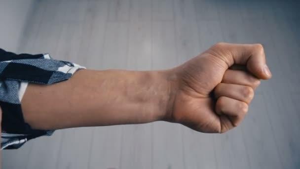Muž rozběhu Hologram futuristické stopky na ruce