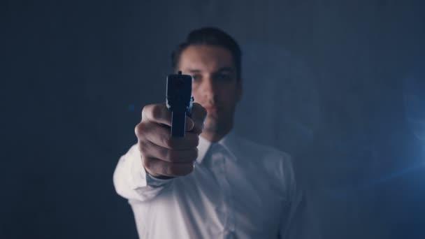 Maffia ember mutatott fegyvert egy kamerát. Fókuszban a pisztoly.