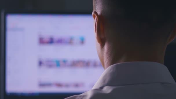 Zadní pohled prohlížení internetových stránek na monitoru počítače. Webové stránky surfování, koncepce hledání informací na internetu.