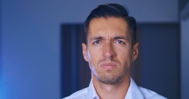 Portrét člověka zakrývajícího tvář, jako je facepalma vyjadřující frustraci nebo stud. Podnikatel je zklamán a zakrývá si tvář rukou.