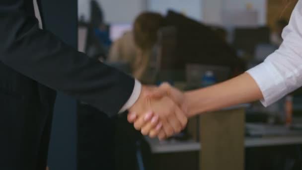 Ženy obchodní partneři potřesení rukou, close-up.