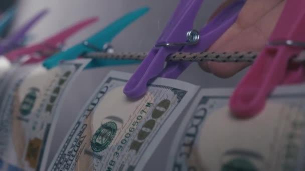 A pénzmosás fogalma. A dollárokat kötélen szárítják. Tiszta pénz..