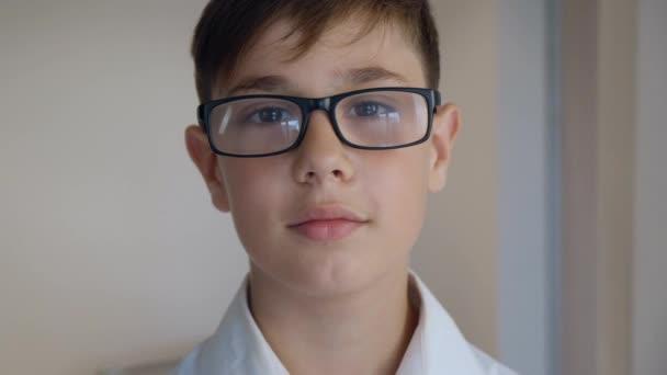Nahaufnahme Porträt des netten Jungen von 11 Jahren mit Brille. Kluges Kind. Wunderkind