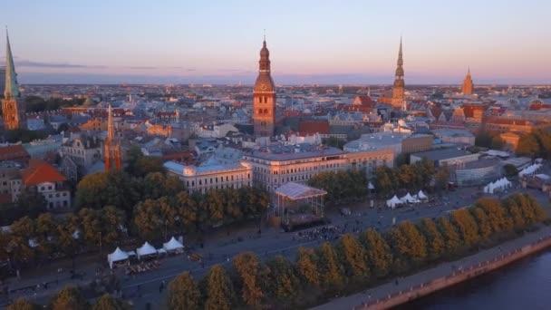 Luftaufnahme der Riga-Altstadt, die jani feiert, mit tanzenden und singenden Menschen im Zentrum der Riga.