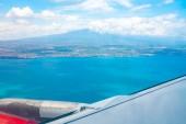 Létání v rovině o ostrově Sicílie s výhledem na sopku Etna v okně