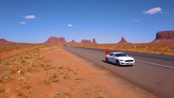 10 července 2018 - Utah, Usa: Bílý Ford Mustang zaparkované u silnice v Monument Valley National park