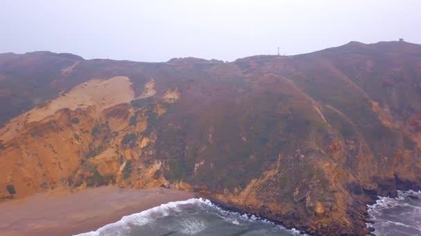 szép légi felvétel a Csendes-óceán Point Reyes tengerpart a hatalmas hullámok által a sziklák.