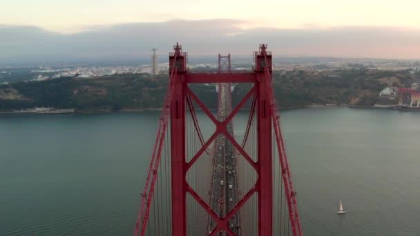 Most 25 dubna na rio tejo v Lisabonu Protugal, 25 de Abril Bridge