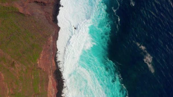 -Óceán és a sziklák közelében távoli sziget az Atlanti-óceán partvonala