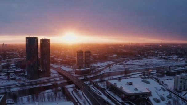 Riga, Lettország-március 05, 2019: Aerial Sunset kilátás a téli Riga közelében Z tornyok felhőkarcolók.
