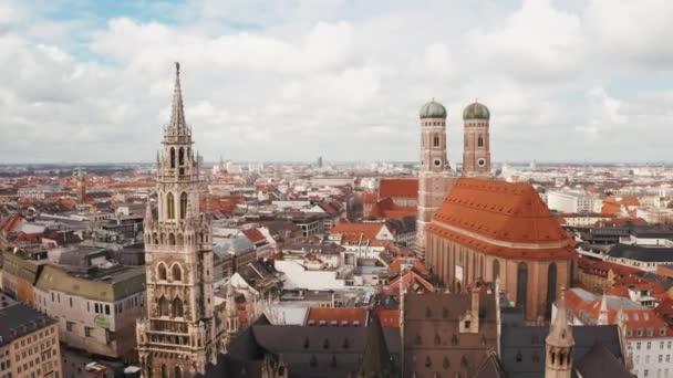 Luftaufnahme des Rathauses und der Frauenkirche in München