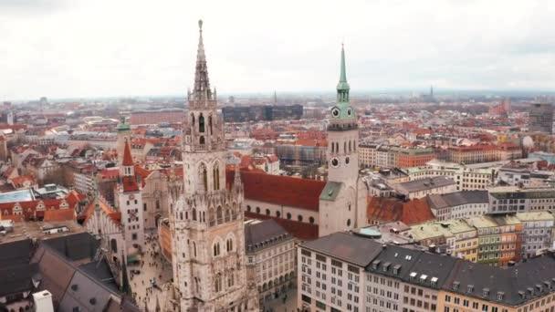 Luftaufnahme vom Marienplatz mit Rathaus und Frauenkirche in München