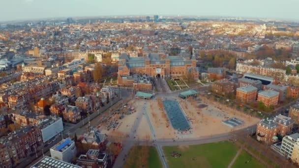 Letecký pohled Amsterdam na krajinu nedaleko slavných muzeí a parků.