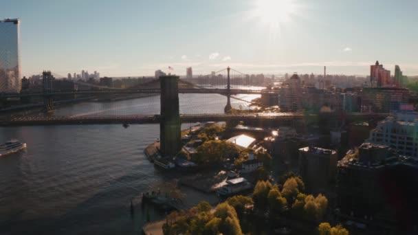 Letecký pohled na Brooklynský most nad řekou Hudsonem. Krásný ranní svit.