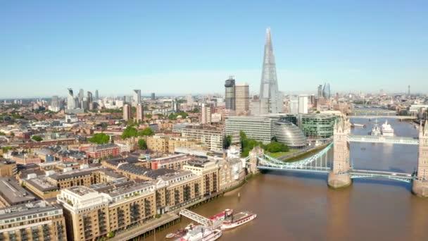 Tower Bridge Londonban, az Egyesült Királyságban. Felvonóhíd nyitás. Egy angol klasszikusszimbólum.