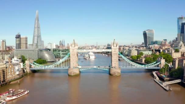 Tower Bridge v Londýně, Velká Británie. Otvírám padací most. Jeden z anglických klasických symbolů.