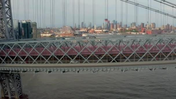 Letecký pohled na Williamsburgský most je překlenovací most přes východní řeku v New York City, USA