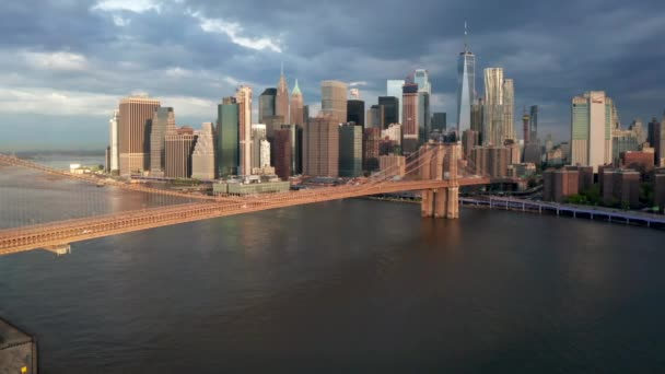 Nádherný Brooklynský most přes řeku Hudson s centrem Manhattanu v pozadí.