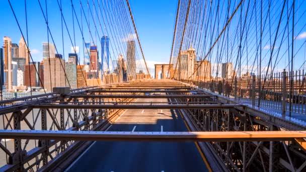 Krásný výhled na Brooklynský most v pohybu. Auta a lidé projíždějící most z ostrova Manhattan do Brooklynu.