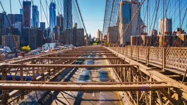 schöne Zeitraffer-Ansicht der Brücke von Brooklyn in Bewegung. Autos und Menschen passieren die Brücke von Manhattan Island nach Brooklyn.