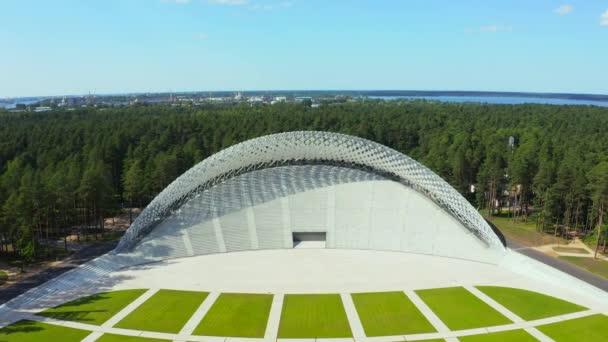 Riga, Lotyšsko. 20. srpna2020. Letecký pohled na Velký stánek v Mezaparcích v Rize, Lotyšsko. Krásný nový stadion se nachází uprostřed lesa.