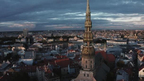 Krásný večer nad starým městem Riga, hlavním městem Lotyšska. Letecká Riga pohled shora se starými budovami a Dome katedrála.