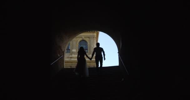 Široký zpomaleně snímek o pár v tunelu směrem k ulici